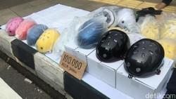 Tren gowes yang naik daun berdampak pada harga aksesoris bersepeda naik gila-gilaan. Khusus helm, ada yang harganya stabil yakni helm cetok.