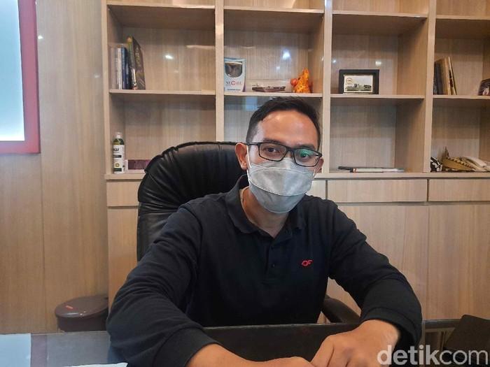 Tim Swab Hunter Surabaya telah beraksi sejak Kamis (1/10). Mereka menjaring warga yang melanggar protokol kesehatan, kemudian dilakukan tes swab di Puskesmas setempat.
