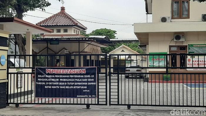 Empat pegawai Pengadilan Negeri (PN) Kota Probolinggo positif COVID-19. PN ditutup sementara mulai Senin (19/10) sampai batas waktu yang tidak ditentukan.