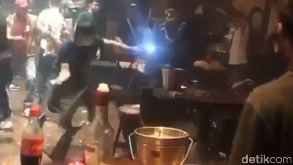 Momen Pengunjung Baku Hantam di Klub Malam Palembang