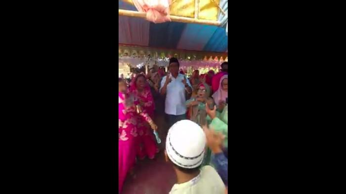 Cabup Barru, Suardi Saleh berjoget di tengah pesta tanpa mengenakan masker.