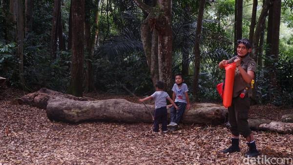 Pengunjung di Taman Hutan Raya Djuanda, Bandung.