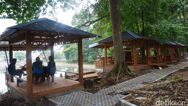 Pantauan detikcom, Minggu (18/10/2020) wisatawan sudah mulai mendatangi taman hutan ini.