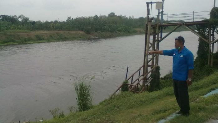 Air Sungai Bengawan Solo kembali tercemar. Foto diambil di kawasan Blora, Senin (19/10/2020).