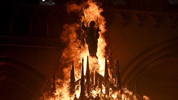 Aksi unjuk rasa dilakukan oleh puluhan ribu orang di Chile. Aksi yang berujung ricuh itu membuat dua bangunan gereja jadi sasaran pembakaran massa.