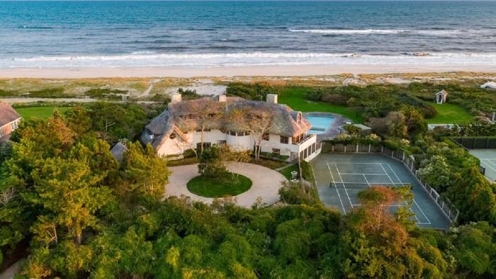 Sebuah rumah di tepi pantai di salah satu pulau East End of Long Island, New York tercatat senilai US$ 52.5 juta setara Rp 773 miliar (kurs Rp 14.740).