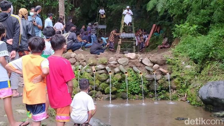 Kondisi pandemi ini, tak menghalangi Festival Lima Gunung (FLG) ke-19. Kali ini FLG ke-19 episode ke-8 tadi dilangsungkan di lereng Gunung Merapi dan Merbabu, tepatnya di lokasi penemuan bebatuan candi.