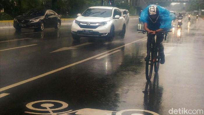 BMKG memprediksi terjadi hujan disertai kilat dan angin kencang di wilayah DKI Jakarta. Hujan deras telah mengguyur Jakarta siang tadi.