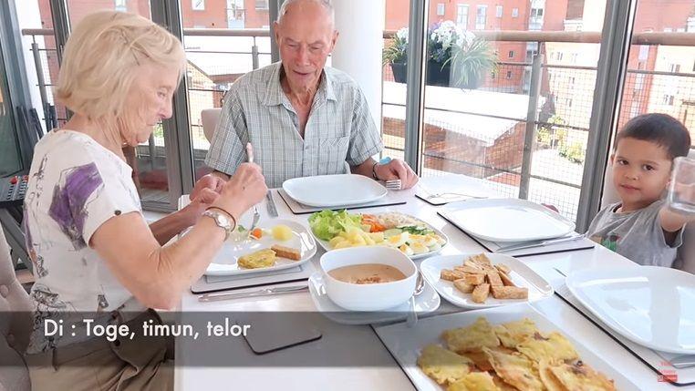 Momen Seru Kakek Nenek di Inggris Saat Cicip Makanan Indonesia