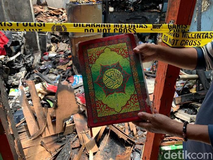 Al-Quran utuh ditemukan dalam rumah yang ludes terbakar di Jalan Dapuan Tegal IX, Surabaya. Banyak orang berdatangan ke lokasi karena penasaran.