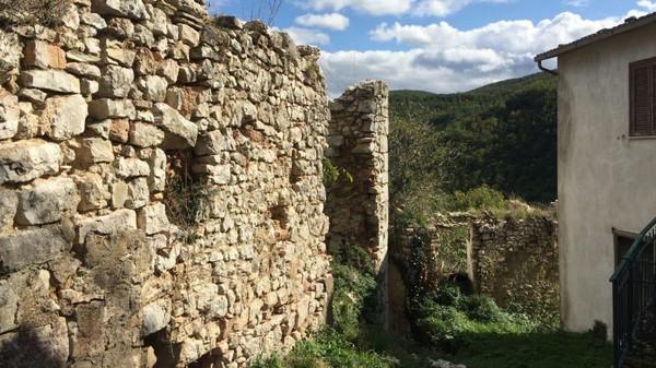 Di kota Nortosce masih banyak ditemukan bangunan kuno zaman medieval. Ada juga reruntuhan kastil zaman dulu. Jadi jangan heran kalau melihat penampakan kota ini yang sangat klasik seperti di film-film, bahkan cenderung menyeramkan. (Silvia Marchetti/CNN)