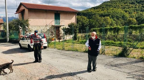 Penduduk Nortosce cuma ada 2 orang, yaitu Giovanni Carilli dan Giampiero Nobili. Carilli berprofesi sebagai petani, sedangkan Nobili berprofesi sebagai pembuat perhiasan. Meski satu kota isinya cuma berdua, tapi Carilli dan Nobili sangat patuh terhadap protokol kesehatan. (Silvia Marchetti/CNN)