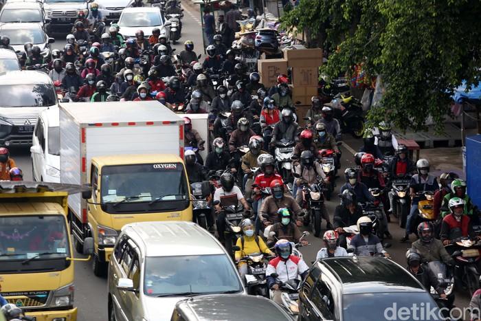 Dilonggarkannya aturan PSBB membuat masyarakat kembali beraktivitas. Kamacetan pun kembali terjadi, seperti terlihat di Jalan Basuki Rachmat, Jaktim, Senin (19/10).