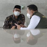 Kang Emil menyebut Bupati Banyumas Achmad Husein dalam unggahan itu.