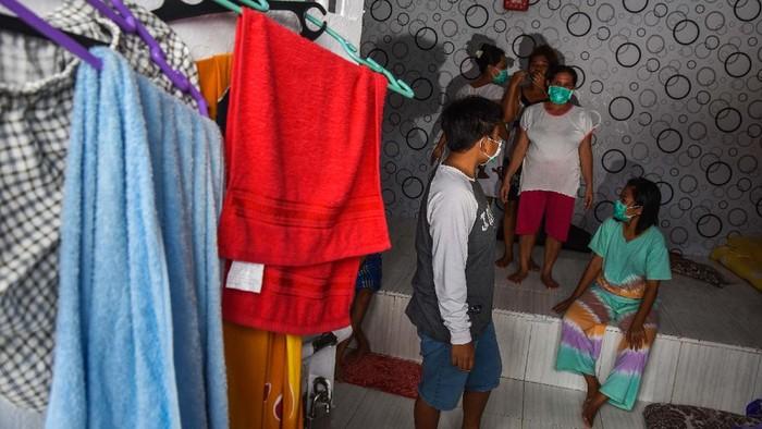 Sebuah pakaian hazmat milik sipir di jemur di taman Lapas Perempuan Pekanbaru.