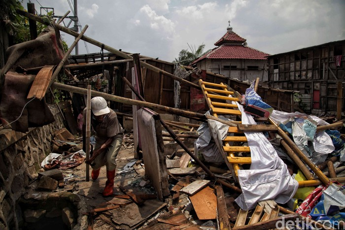 Sejumlah warga membongkar rumahnya di kawasan Kampung Bayam, Papanggo, Jakarta Utara, Senin (19/10/2020).