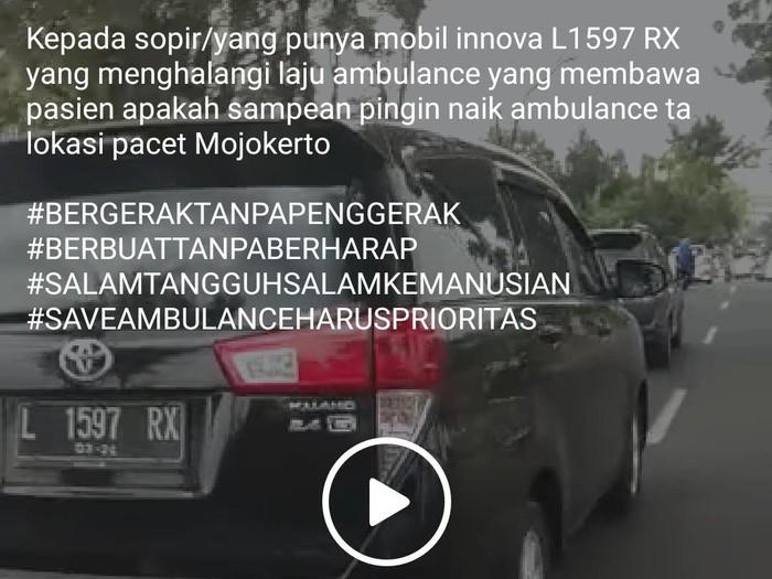 Video mobil Toyota Kijang Innova menghalangi laju ambulans di kawasan wisata Pacet, Kabupaten Mojokerto, viral di medsos. Padahal ambulans tersebut sedang terburu-buru mengevakuasi 2 korban kecelakaan ke rumah sakit.