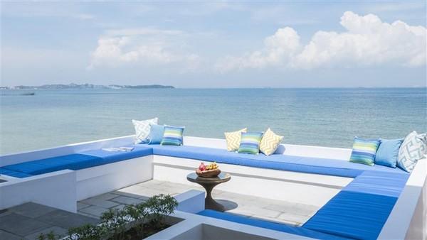 Satu lagi ada vila dengan lima kamar tidur yang memiliki konsep minimalis namun mewah. Ada juga tempat buat bersantai sambil melihat keindahan laut. (Montigo resort)