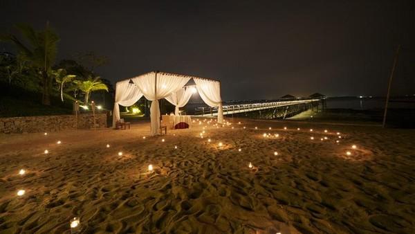 Untuk makan malam, ada private dining dengan pemandangan resor yang indah dengan lilin-lilin yang dinyalakan di atas pasir pantai. (Montigo resort)