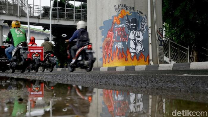 Mural bertema menolak disahkannya omnibus law UU Cipta Kerja menghiasi kawasan Ciledug, Jakarta. Seperti apa penampakannya?
