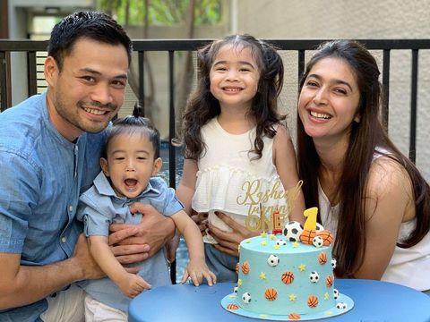 Momen Nabila Syakieb dan keluarga saat merayakan ulang tahun Rasheed yang pertama nih. Bahagia banget ya mereka. (Foto: Instagram @nsyakieb85)