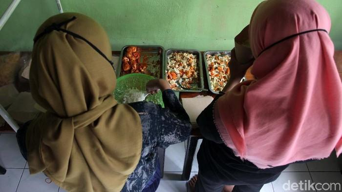 Sebanyak 130 bungkus nasi, setiap harinya disediakan untuk makan siang buruh gendong Pasar Beringharjo, Yogyakarta. Para buruh ini terdampak COVID-19.