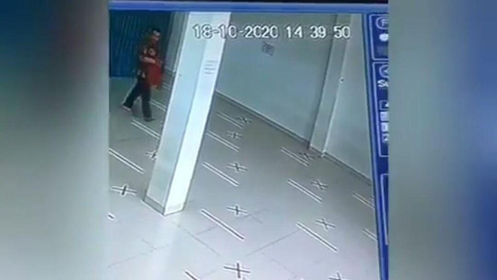 Pura-pura Salat, Pria Curi Tas di Masjid Cimahi Terekam CCTV