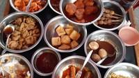 Menu makanannya pun khas desa, sayur asam, sayur lodeh, tempe goreng, telur dadar kering, dan lainnya. WKM pun jadi salah satu destinasi wisata kuliner di Cirebon yang populer di tahun ini. (dok. Istimewa)