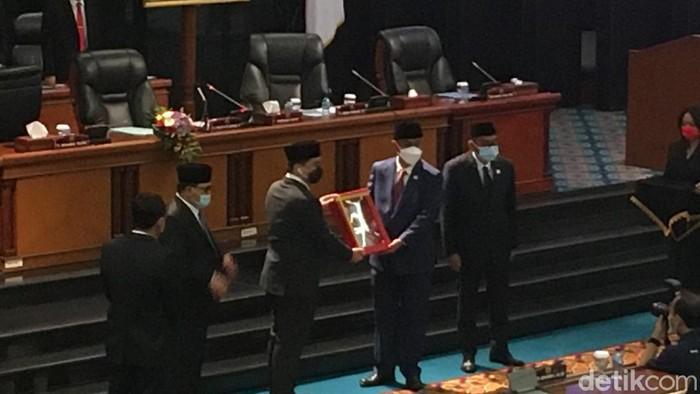 Penyerahan draf Raperda Penanggulangan COVID-19 secara simbolis dari Ketua DPRD DKI, Prasetio Edi ke Wagub DKI Ahmad Riza Patria