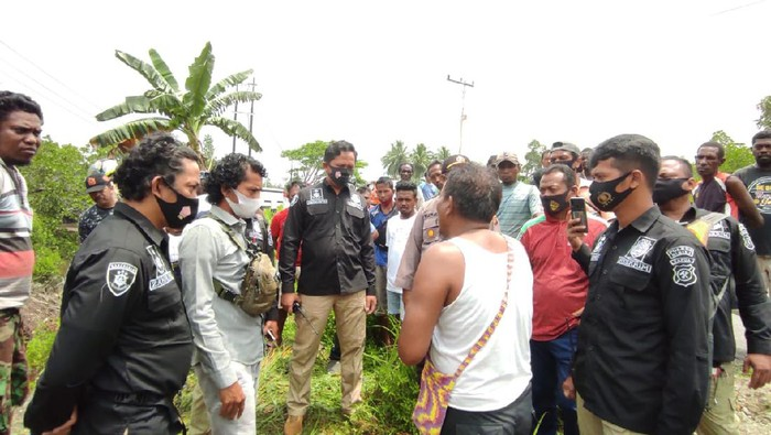 Polisi Olah TKP Penemuan Pemuda yang Tewas Terhimpit Mobil di Timika