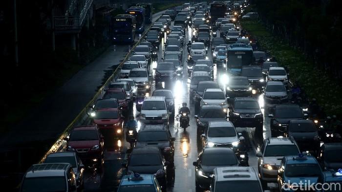 Hujan mengguyur wilayah DKI Jakarta, Senin (19/10/2020). Akibatnya, kemacetan pun terjadi di sejumlah titik kawasan Ibu Kota. Berikut potretnya.