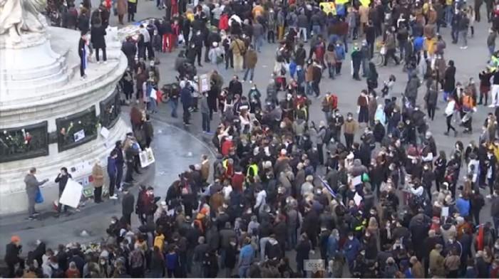 Ribuan orang unjuk rasa di Place de la Republique Paris Minggu (18/10/2020) sebagai aksi solidaritas terhadap guru yang dipenggal kepalanya. Guru sejarah Samuel Paty dipenggal usai membahas kartun Nabi Muhammad karya Charlie Hebdo kepada muridnya di kelas.