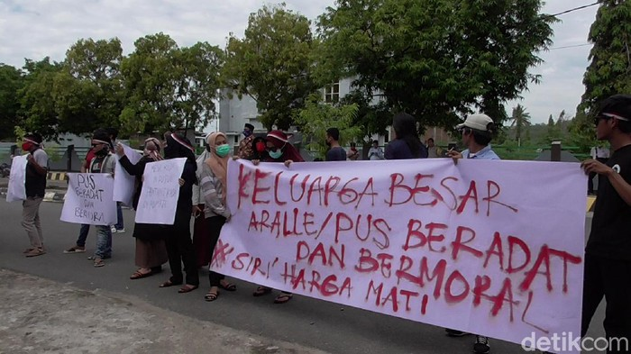 Sejumlah warga di Polman menuntut Kepala Kantor Imigrasi Polman mundur karena ada masalah di internal Dharma Wanita (Abdy-detikcom).