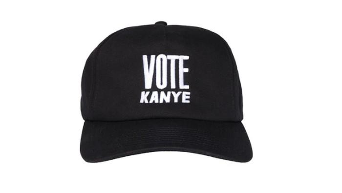 Kourtney Kardashian pakai topi bertulisan Vote Kanye.