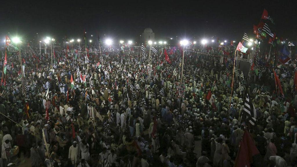 Tuntut PM Pakistan Mundur, Puluhan Ribu Orang Berdemo di Karachi