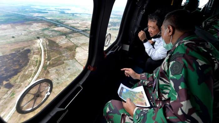 Wakil Menteri Pertahanan RI, Sakti Wahyu Trenggono meninjau calon lahan food estate di Subang dan Karawang, Jawa Barat. Begini aksinya.