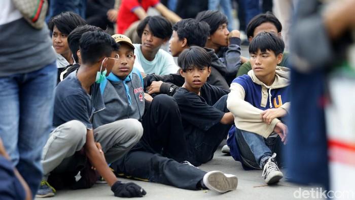 Massa aksi demo tolak Omnibus Law di kawasan Patung Kuda didominasi anak di bawah umur. Ini foto-fotonya.
