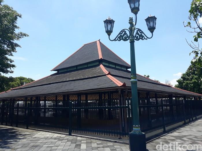 Bangunan Bangsal Magangan di dalam kompleks Keraton Yogyakarta sedang menjadi perbincangan hangat karena tersebar foto penampakan ular melingkari salah satu tiang atau pilar Bangsal Magangan.