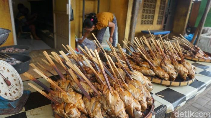Olahan manyung menjadi salah satu ikan asap yang banyak digemari pasaran dengan produksi sekitar 15 ton per hari. Yuk, intip foto-fotonya.