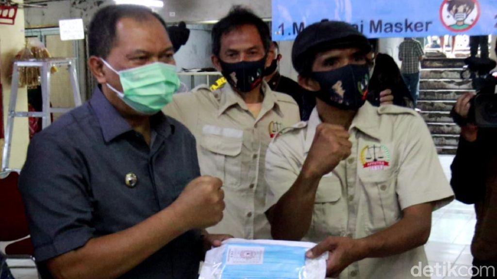Blusukan ke Pasar Tradisional, Oded Bagikan Masker ke Pedagang