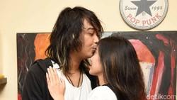Kisah Cinta Bojes dan Rida: Berawal dari Fans Kini Jadi Istri
