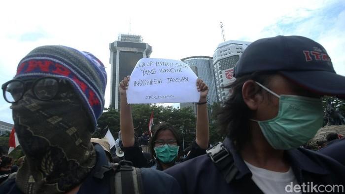 Penolakan Omnibus Law tak hanya dilakukan lewat aksi unjuk rasa. Atribut seperti poster berisikan celotehan unik pun menjadi sorotan di tengah demo.