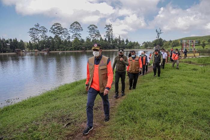 Dalam rangka kegiatan siaga bencana hidrometeorologi, Wali Kota Bogor Bima Arya meninjau titik nol kilometer Sungai Ciliwung.