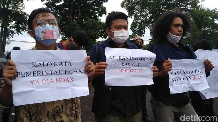Dalam aksi yang berlangsung damai itu, mahasiswa mendesak agar pemerintah mencabut Omnibus Law UU Cipta Kerja, sekaligus mengkritik jalannya kepemimpinan Presiden dan Wakil Presiden, Jokowi dan Maruf Amin.