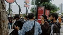 182 Orang Diamankan Demo Omnibus Law di Surabaya Jalani Swab