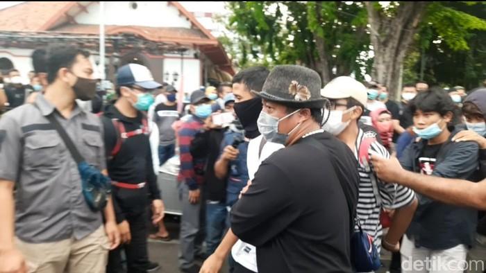 demo tolak omnibus law di surabaya