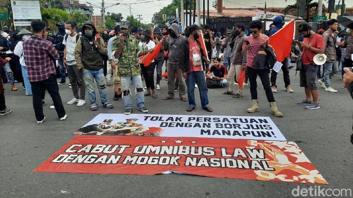 Demo UU Omnibus Law Cipta Kerja di Bundaran UGM, Sleman, Selasa (20/10/2020).