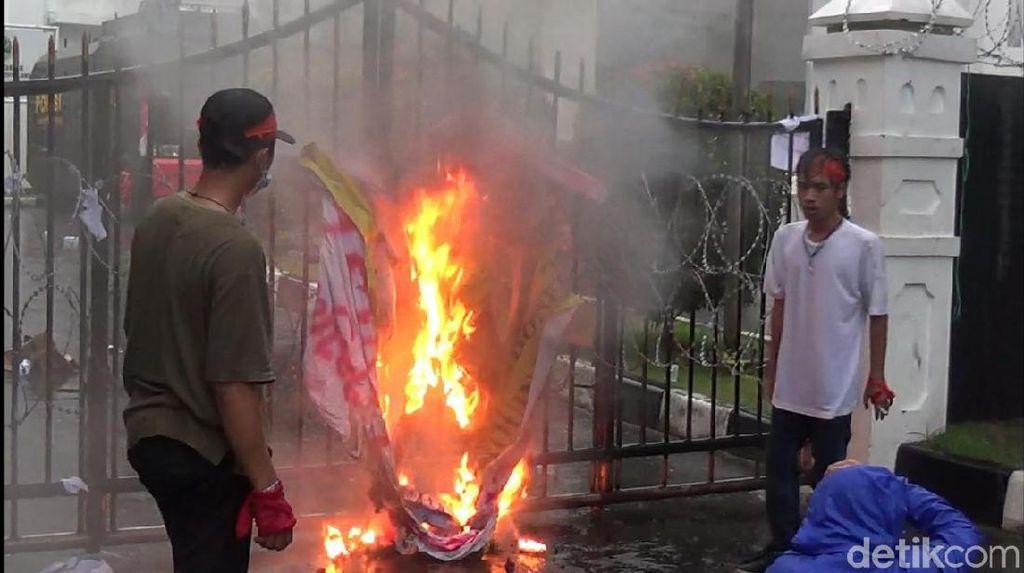 Desak Jokowi Terbitkan Perppu, Mahasiswa Bakar Pagar Gedung DPRD Jabar