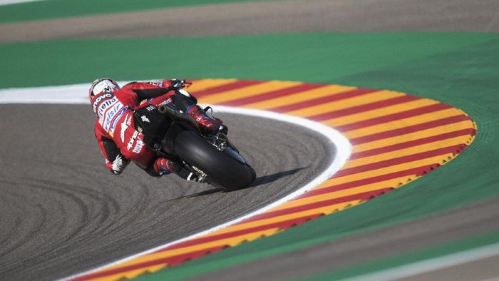ALCANIZ, SPAIN - OCTOBER 17: Andrea Dovizioso of Italy and Ducati Team  rounds the bend during the qualifying for the MotoGP of Aragon at Motorland Aragon Circuit on October 17, 2020 in Alcaniz, Spain. (Photo by Mirco Lazzari gp/Getty Images)