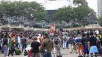 Duh, Massa Aksi Naik-naik ke Patung Kuda